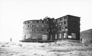 Il rifugio del Gran Sasso nella foto scattata dai tedeschi che liberarono Mussolini dalla prigionia