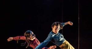 Un momento della coreografia della compagnia Thomas Noone Dance