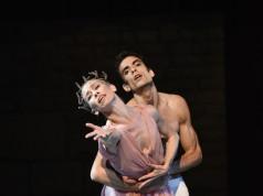 """Eleonora Abbagnato nella coreografia """"La rose malade"""" all'interno della più ampia """"Soirée Roland Petit"""" al Teatro Comunale Luciano Pavarotti di Modena"""