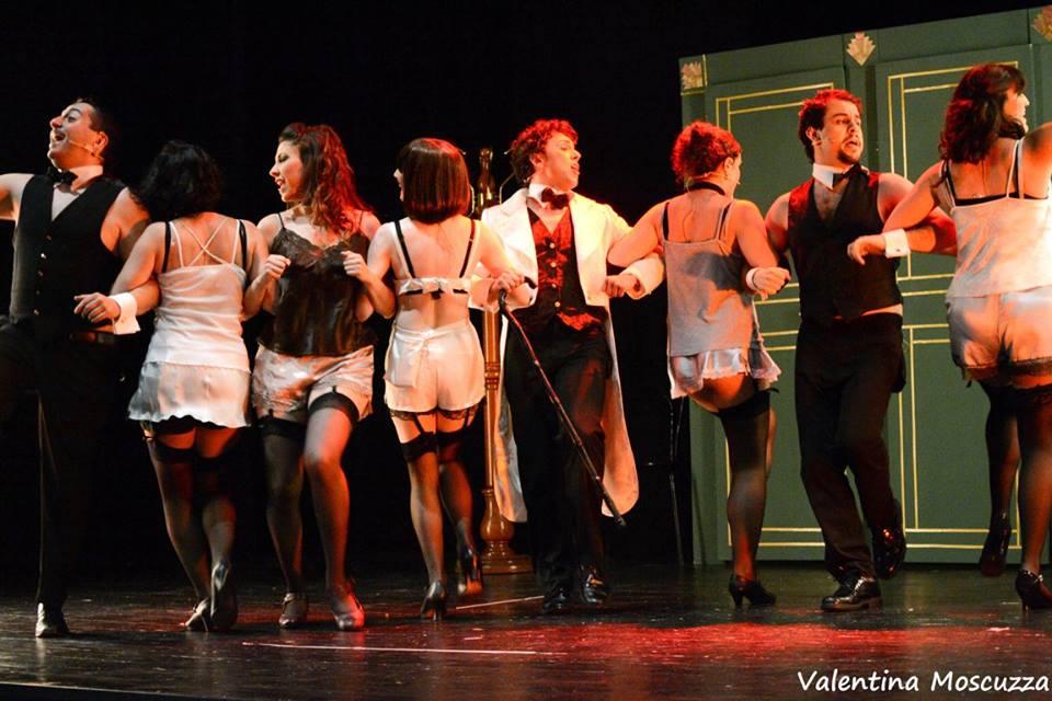 Il cast di Welcome to Berlin in una scena dello spettacolo al Teatro della Cometa