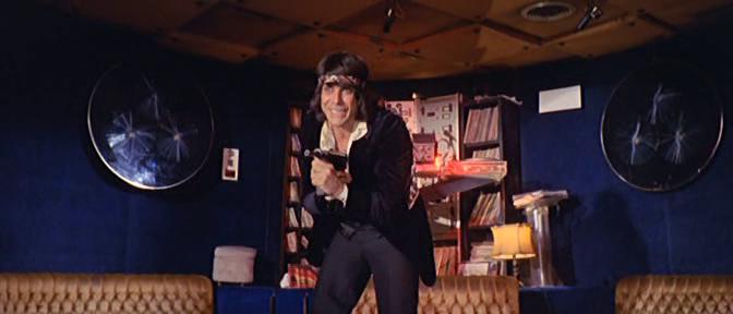 Tomas Milian in una scena de La banda del gobbo (1977)  (foto via wikipedia.org)