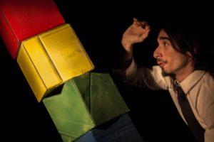 """Al teatro Studio Uno torna in scena """"84 gradini"""", storia di un uomo che ha vissuto i gradini della propria esistenza sempre di corsa"""